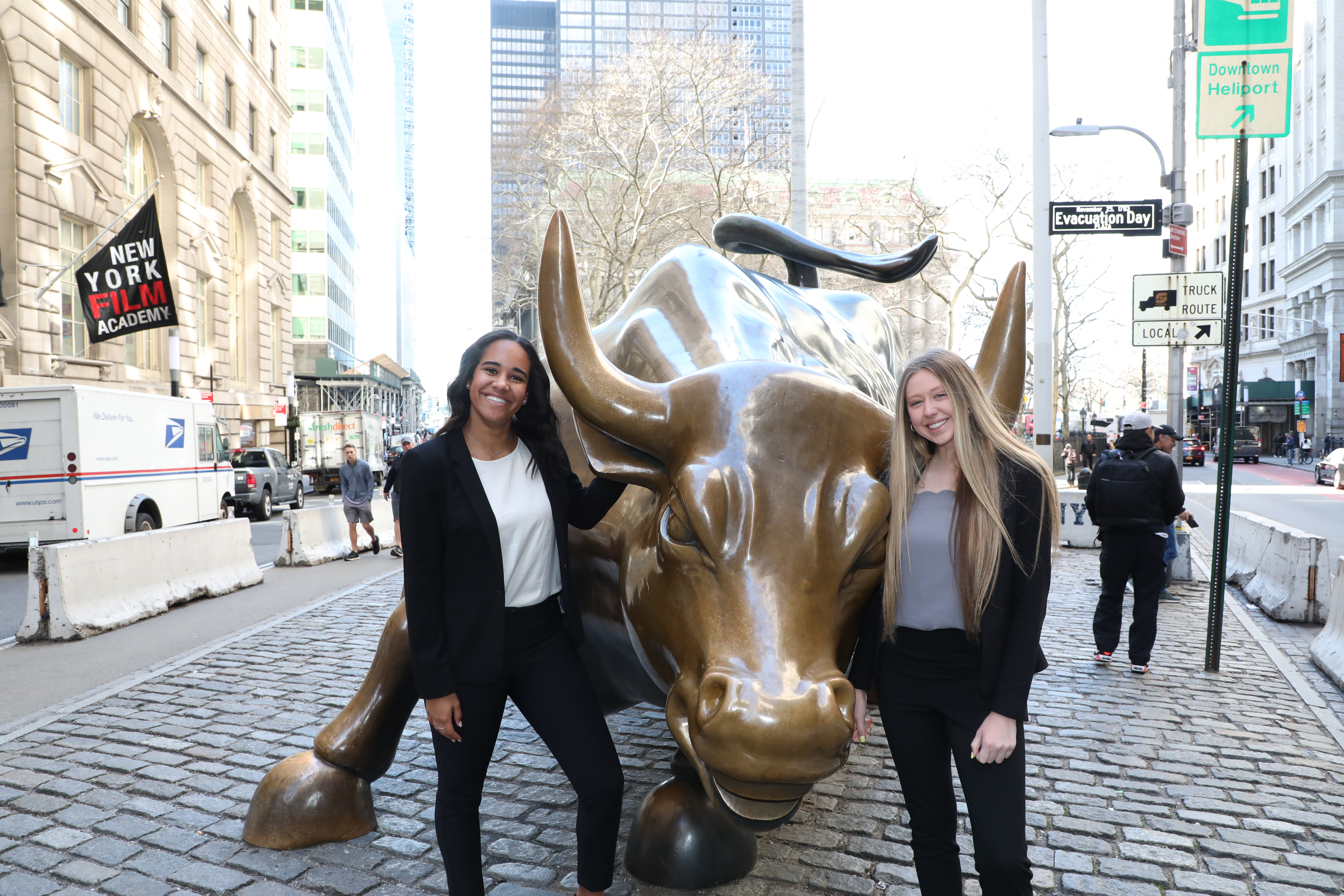 Wall Street Scholars next to the Wall Street Bull
